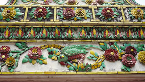 Картина цветка украшения плитки в виске Таиланда Стоковое Фото