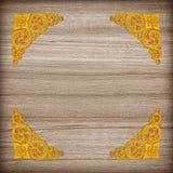 Картина цветка штукатурки золота на деревянной предпосылке Стоковые Фото