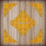 Картина цветка штукатурки золота на деревянной предпосылке Стоковое Изображение RF