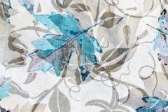 Картина цветков и листьев на рубашке. Стоковая Фотография