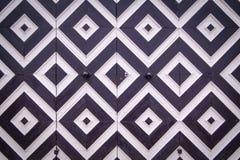 Картина черно-белых косоугольников на старых дверях Стоковое Фото