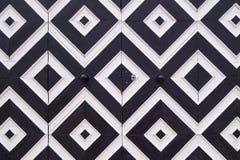 Картина черно-белых косоугольников на старых дверях Стоковые Фотографии RF