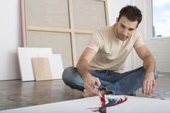 Картина человека на холсте в студии Стоковые Фотографии RF