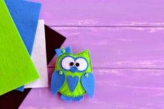 Картина чувствуемая сычом шить Зеленый цвет чувствовал сыча с голубыми сердцем и смычком Легкие needlecrafts детей Стоковые Фотографии RF