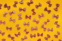 Картина fartalle макаронных изделий бабочки итальянская на желтой предпосылке Стоковая Фотография RF