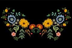 Картина neckline вышивки родная с цветками фантазии Стоковая Фотография RF