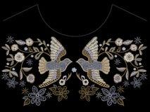 Картина neckline вышивки этническая с голубями и цветками Стоковые Изображения
