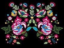 Картина neckline тенденции вышивки с фольклорными цветками Стоковые Изображения RF