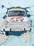 Картина Trabant автомобиля на Берлинской стене, Берлин, Германия Стоковое фото RF