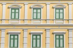 Картина Windows колониального здания в Бангкоке Стоковые Фото