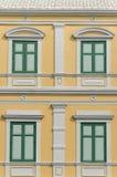 Картина Windows колониального здания в Бангкоке Стоковое фото RF