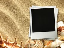 Картинная рамка на раковинах и предпосылке песка стоковое фото rf