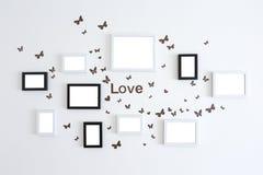 Картинные рамки влюбленности на белой стене Стоковые Изображения RF