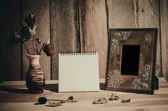 Картинные рамки натюрморта, вазы, высушенные памяти розовой концепции тетради частые Стоковые Фотографии RF