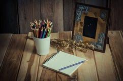Картинные рамки натюрморта, вазы, высушенные памяти розовой концепции тетради частые Стоковые Изображения RF