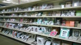 Картинные рамки на полках продавая на магазине стоковые изображения rf
