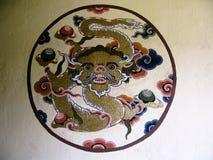 Картины дракона на стене дома на улицах Paro, Бутана Стоковая Фотография