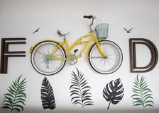 Картины лист вокруг написанные на стене с велосипедом стоковые изображения