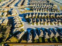 Картины домов захода солнца архитектуры пригородных к северу от Остина около круглого утеса Стоковые Изображения RF