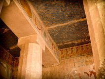 Картины, столбцы и потолок виска Hatshepsut на De Стоковое Фото