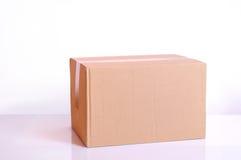 Картонная коробка на таблице Стоковые Изображения