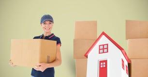 Картонная коробка нося женщины поставки с домом в предпосылке Стоковое Изображение RF