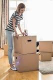 Картонная коробка упаковки женщины дома Стоковые Фото
