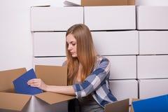 Картонная коробка упаковки женщины Стоковая Фотография