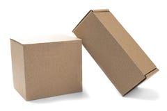2 картонной коробки для почты на изолированной белой предпосылке Стоковые Изображения