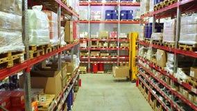 Картонные коробки внутри склада хранения сток-видео