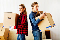 Картонные коробки нося счастливых пар в новом доме Стоковое Изображение RF