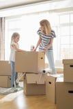 Картонные коробки упаковки матери и дочери дома Стоковые Изображения RF