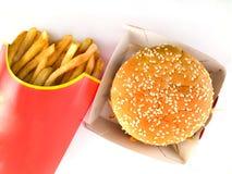 картон бургера жарит надземный взгляд стоковые фотографии rf