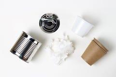 Картон и пластмасса, отброс утюга на белой предпосылке, взгляде сверху стоковое фото