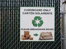 Картон рециркулируя знак на загородке металла Стоковые Фото