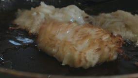 Картофельные оладьи окантованы со шпателем на сковороде сток-видео
