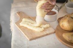 Картофельные пюре в плите на деревянном столе Стоковое фото RF