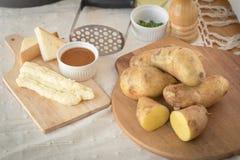 Картофельные пюре в плите на деревянном столе Стоковая Фотография RF