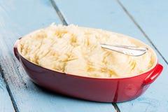 Картофельные пюре в шаре на деревянной таблице планок Стоковое Изображение