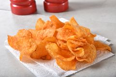 Картофельные стружки барбекю стоковое изображение