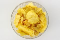 Картофельные стружки в шаре на белой предпосылке стоковое фото rf