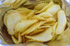 Картофельные стружки закуска в сумке готовой для еды и тучных еде или старье f Стоковые Фотографии RF