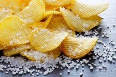 Картофельные стружки и соль Стоковое Фото