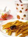 Картофельные стружки с фондю шоколада Стоковое Изображение