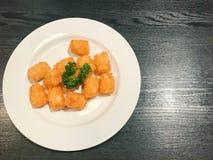 картофельные оладьи на плите Стоковые Изображения