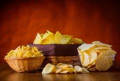 Картофельные стружки и ручки стоковая фотография rf