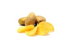 Картофельные стружки и свежие картошки стоковые фотографии rf