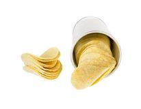 Картофельные стружки куска в чонсервной банке на белой предпосылке Стоковое фото RF