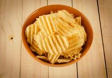 Картофельные стружки на древесине Стоковое Фото