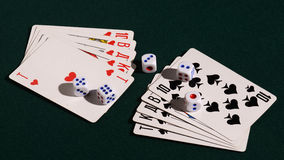10 карточек и 5 костей, показывая королевский приток Стоковое Изображение